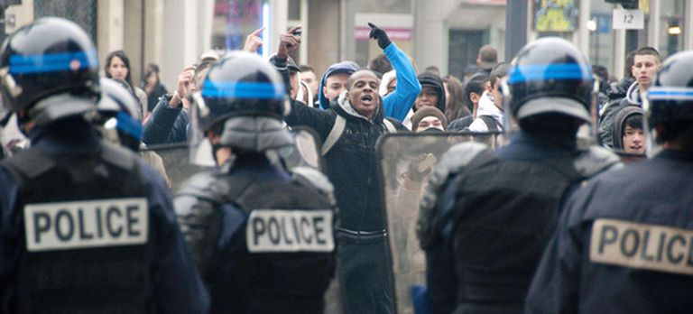 Manifestantes y policías antidisturbios, frente a frente, en Mulhouse, al este de Francia.