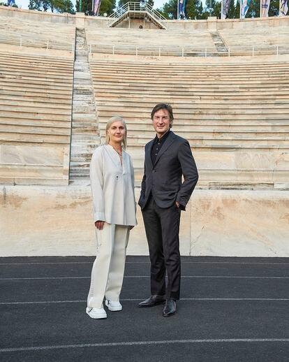 Maria Grazia Chiuri, directora creativa de la línea femenina, junto a Beccari, en el estadio Panatenaico de Atenas.