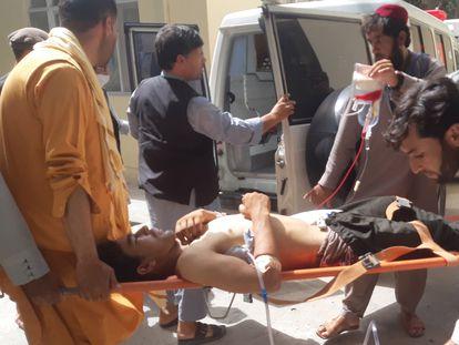 Traslado de uno de los heridos en el ataque en el que fueron asesinados 10 trabajadores de la organización de desminado Halo Trust, en Baghlan, Afganistán, este miércoles.