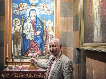 Surén Mamikonyan, jurista jubilado, en la iglesia ortodoxa de Zoravor Surp Astvatsatsin, la más antigua de Ereván, que fue hogar de la biblia de Zoravor del siglo XIII.