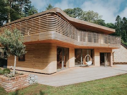 """Una espectacular vivienda de dos pisos, creada a partir de la técnica tradicional denominada """"doblado al vapor"""" de la madera"""