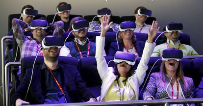 Un grupo de asistentes al Mobile World Congress de Barcelona prueba las gafas Oculus.