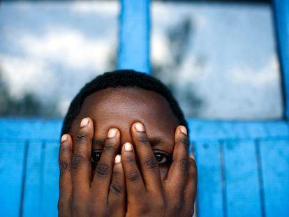 Nonmume Alitteee, de 18 años, víctima de una horrible violación en grupo por cinco hombres, oculta su rostro mientras posa para este retrato en el centro de acogida de Ndosho, en Goma, República Democrática del Congo.