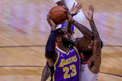 LeBron James lanza pese a la oposición de Marshall durante el partido Lakers-Pelicans.