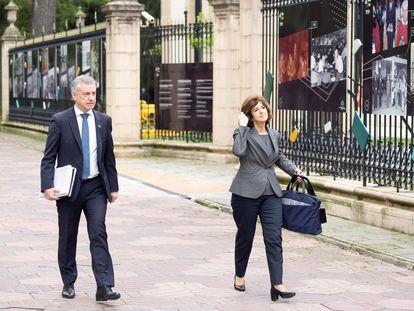 El lehendakari, Iñigo Urkullu, y la consejera de Salud, Nekane Murga, a su llegada este viernes a la reunión de la Diputación Permanente del Parlamento Vasco en Vitoria.