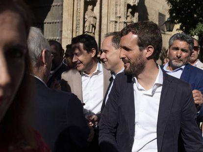Juan José Cortés detrás del líder del PP, Pablo Casado, el pasado mes de octubre en Córdoba.