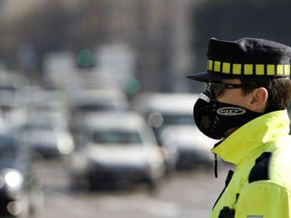 Un guardia de tráfico con una mascarilla para protegerse de la contaminación en Madrid en octubre de 2019.