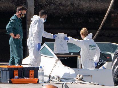 La Policía Científica analiza la embarcación propiedad del hombre desaparecido con sus dos hijas y que fue hallada en alta mar sin sus ocupantes, este viernes.