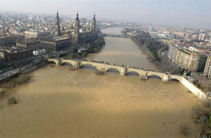 Imagen del río Ebro, a su paso por Zaragoza, donde ayer por la tarde alcanzó los 5,73 metros de altura y 2.956 metros cúbicos por segundo.
