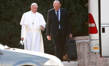El comandante de la Gendarmería vaticana, Domenico Giani, junto al papa Francisco.