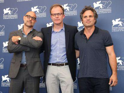 Stanley Tucci, Thomas McCarthy y Mark Ruffalo, de izquierda a derecha, posan ante los fotógrafos en Venecia esta tarde.