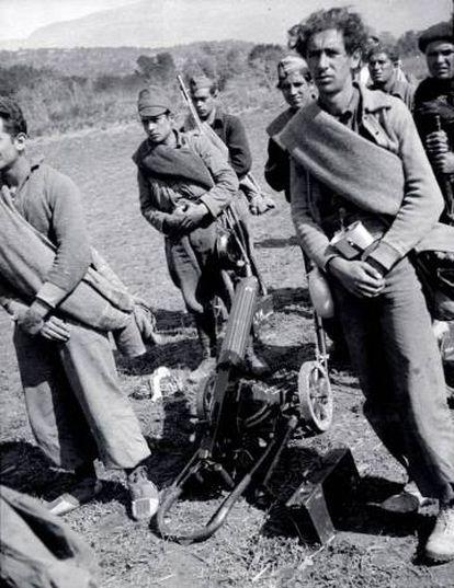 Soldados con una ametralladora Màxim en el valle de Meià, en 1938.