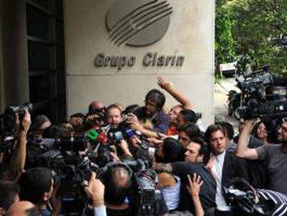 En la imagen, el titular de la Autoridad Federal de Servicios de Comunicación Audiovisual (Afsca), Martín Sabbatella, habla con la prensa. EFE/Archivo