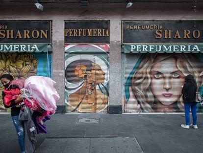 Una mujer retira su mercancía al cerrar su negocio en la calle 20 de noviembre, no ha podido sobrevivir y ha cerrado debido a la covid-19.