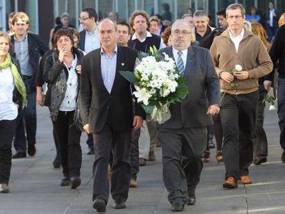 Martín Garitano y el socialista Julio Astudillo (con un ramo de flores), en San Sebastián.