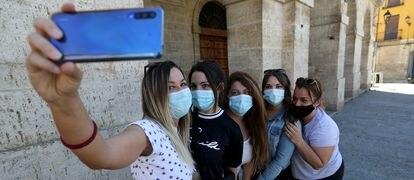 Alexandra Hernández, que cumple 33 años, se fotografía con sus amigas ante el ayuntamiento de Toro (Zamora).