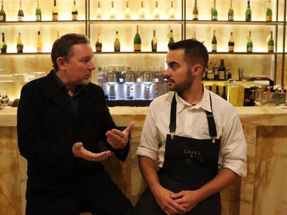 El chef Albert Adriá habla con su repostero David Gil en la barra de Cakes&Bubbles (Londres) este jueves.