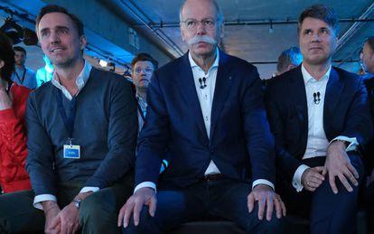 En el centro, con un prominente bigote, Dieter Zetsche, CEO de Daimler; a su izquierda está el CEO de BMW, Harald Krüger. A su derecha, con un jersey, Marc Berg, nuestro entrevistado de hoy. La foto fue tomada durante el lanzamiento de las marcas Share Now, Reach Now, Charge Now, Free Now y Park Now en febrero de 2019.