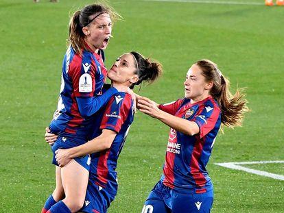 Esther González sostiene a Eva Navarro después de que esta anotase un gol este martes ante el EDF Logroño en la semifinal de la Supercopa.