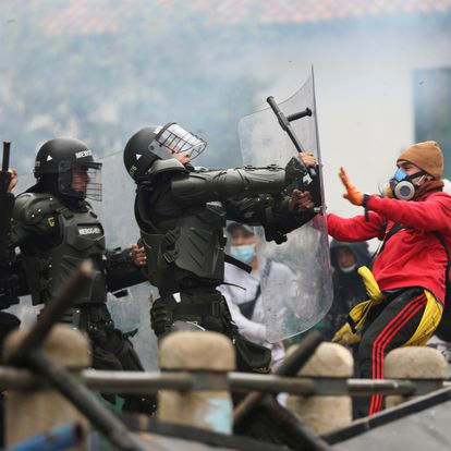 Demonstrators clash with members of security forces during a protest against the tax reform of President Ivan Duque's government in Bogota, Colombia April 28, 2021. REUTERS/Luisa Gonzalez     TPX IMAGES OF THE DAY