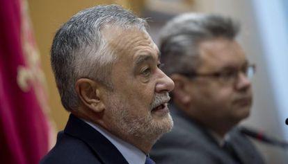 El presidente José Antonio Griñán, en Puente Genil (Córdoba).