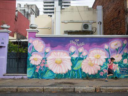 Un mural en el centro de Asunción en recuerdo a las niñas asesinadas el 2 de septiembre de 2020 por disparos del Ejército paraguayo.