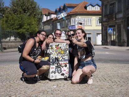 De izquierda a derecha, Andreia, Raquel, Tania, Artur y Ana, un grupo que atravesó Portugal de norte a sur, se retratan en el mojón del kilómetro cero de la Nacional 2 en Chaves.