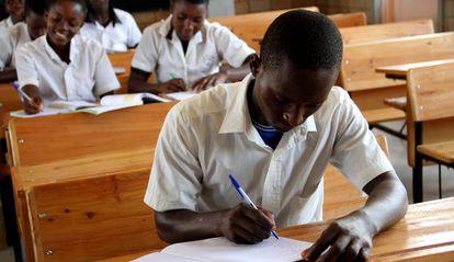 Samuel Bukuru, de 18 años, estudia en el colegio piloto de Busebwa, un proyecto de educación encaminado a una educación más amable y eficiente. La escuela es no obstante una excepción en un sistema tremendamente masificado (72 alumnos por clase).