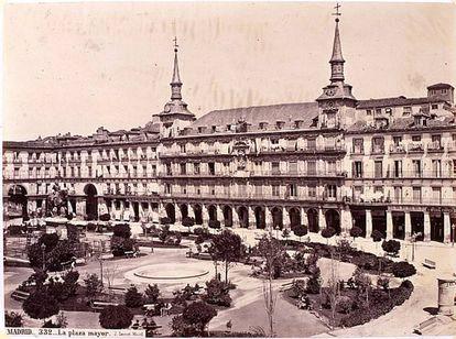 Aspecto de la plaza Mayor en el siglo XIX, cuando albergaba árboles y plantas.