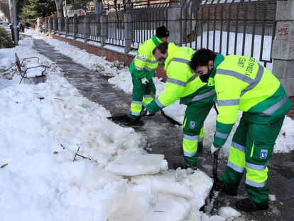 Operarios del Ayuntamiento de Madrid retiran la nieve y el hielo acumulado en las aceras de las calles madrileñas.