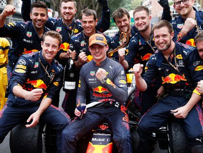 Max Verstappen celebra su victoria en el Gran Premio de Mónaco junto al equipo Red Bull.