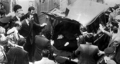 El cuerpo sin vida del ex primer ministro italiano Aldo Moro, en las proximidades de la sede romana del Partido Comunista Italiano.