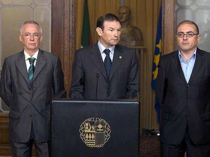 Ibarretxe (PNV) con sus consejeros Joseba Azkarraga (EA, a la izquierda) y Javier Madrazo (EB).