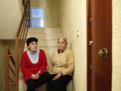 Isabel y su madre Magdalena en el descansillo que da a la puerta de su antigua casa.