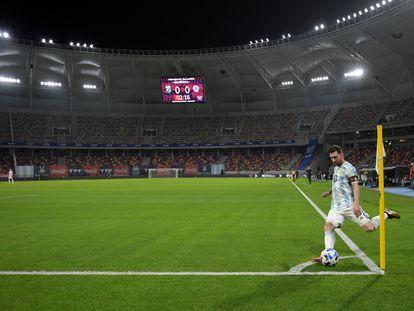Messi patea un tiro de esquina durante un partido de eliminatoria mundialista contra Chile, en Santiago del Estero.