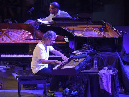 Chick Corea (en primer término) y Herbie Hancock, durante un concierto en la 39º edición del Festival de Jazz de Vitoria.