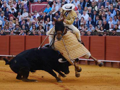 Uno de los toros de Santiago Domecq, este jueves, en su encuentro con el caballo en la plaza de La Maestranza de Sevilla.