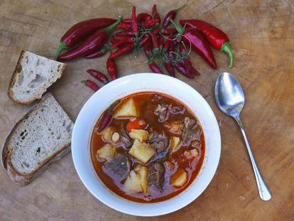 Pan y pimientos junto a un cuenco de 'goulash' húngaro, especiado con 'paprika' de Batya. O lo que dentro de poco le podrán vender en el bar del barrio