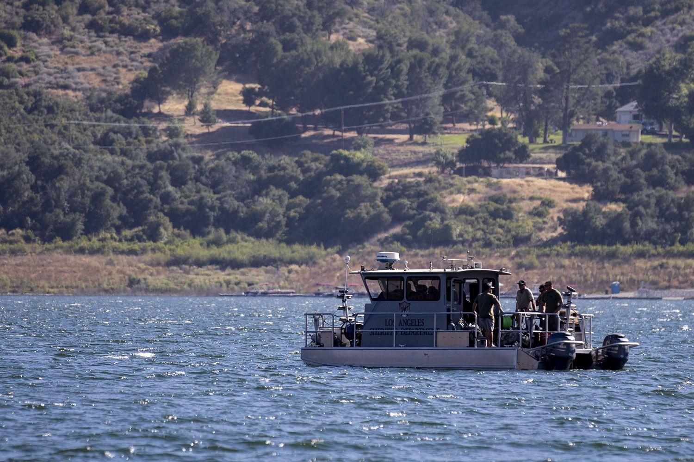Varios barcos buscan a Naya Rivera en el lago Piru, en California, el 10 de julio de 2020.