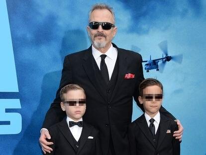Miguel Bosé, junto a sus dos hijos biológicos, en el estreno de una película en 2019.