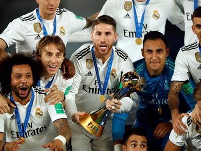 Soccer Football - Club World Cup - Final - Real Madrid v Al Ain - Zayed Sports City Stadium, Abu Dhabi, United Arab Emirates - December 22, 2018 Real Madrid's Sergio Ramos and team mates celebrate with the trophy after winning the Club World Cup REUTERS/Andrew Boyers
