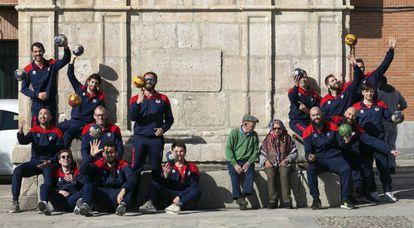 La plantilla del Balonmano Nava, con una pareja de ancianos en la fuente del pueblo donde celebran los títulos.
