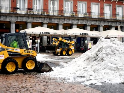 20/01/2021 Dos máquinas excavadoras continúan con las tareas de limpieza de calles tras la gran nevada provocada por la borrasca 'Filomena', en la Plaza Mayor, Madrid (España), a 20 de enero de 2021. 'Filomena' dejó paso ayer al temporal de lluvias 'Gaetán' que complica esas labores de limpieza. POLITICA  Óscar Cañas - Europa Press