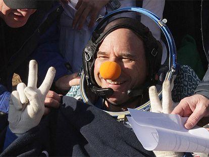 El multimillonario canadiense Guy Laliberte, fundador del 'Cirque du Soleil', y la tripulación de la cápsula espacial rusa Soyuz ha aterrizado en el norte de Kazajistán, culminando así su aventura en  el espacio como estaba previsto.  El canadiense, que pagó más de 35 millones de dólares por el privilegio  de convertirse en el séptimo turista espacial, posó ante las cámaras  fotográficas y de televisión con la característica nariz roja de payaso