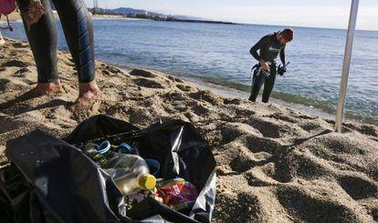 Los voluntarios recogen casi 35 kilos de residuos del litoral barcelonés.