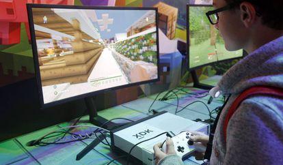 Un jugador de Minecraft durante la semana de videojuegos de Paris en noviembre de 2017.