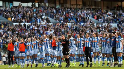Las jugadoras de la Real celebran el triunfo en Anoeta.