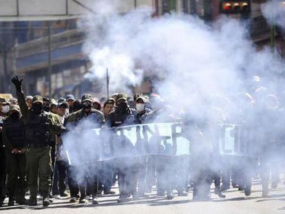 Policías en huelga desfilan por las calles de La Paz.
