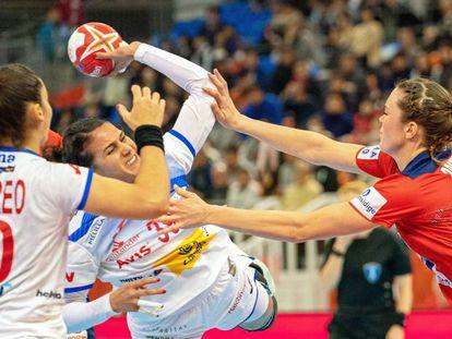 La española Almudena Rodríguez, durante el partido de semifinales del Mundial de balonmano femenino contra la selección de Noruega.
