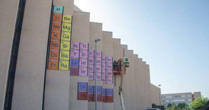 Instalación de una tabla periódica en la Facultad de Química de la Universidad de Murcia.